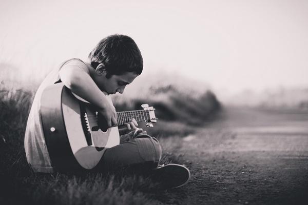 ギターを弾く少年