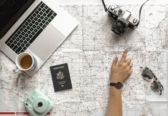旅行計画を立てるひと