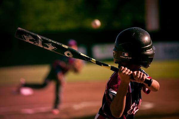 野球をしてる少年