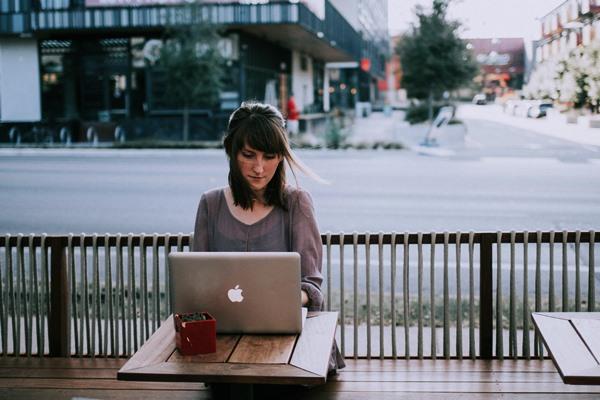 カフェで仕事を頑張ってる女性